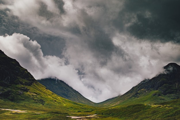 Красивый широкий снимок зеленых гор под пасмурным небом