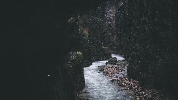 Узкий ручей течет через скалистые образования