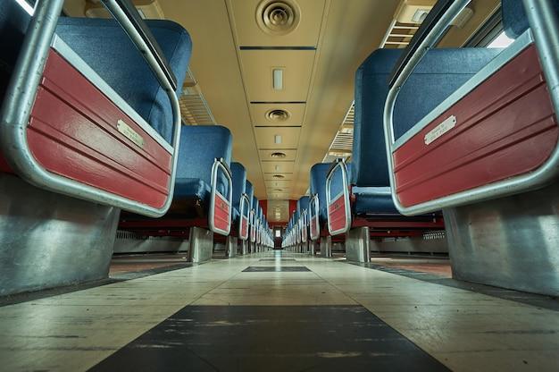 床から撮影した空の列車の座席