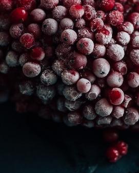 赤い果実の垂直選択的なクローズアップショット