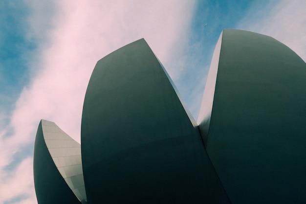 Низкий угол выстрела высокой современной архитектуры с красивым небом