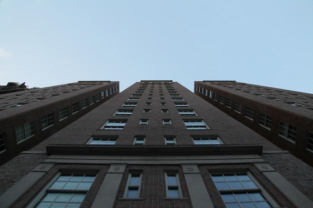 青い空と背の高い建築物の低角度のアップショット