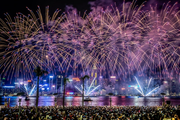 Красивая съемка красочных ярких фейерверков в ночном небе во время праздников