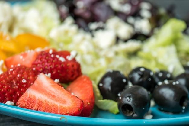 野菜と果物のサラダのクローズアップショット