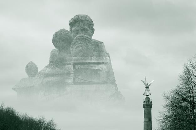 Красивый снимок большого каменного памятника, окруженного туманом