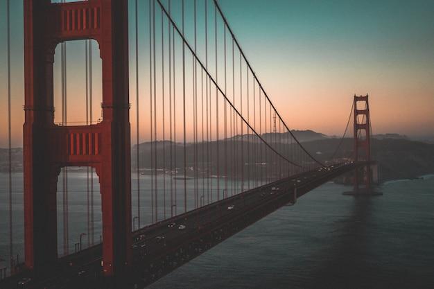美しい日没時にゴールデンゲートブリッジの空中ショット