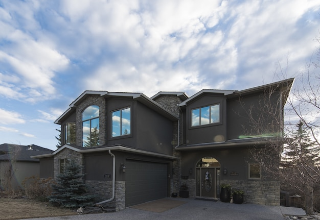 Широкий снимок красивой архитектуры современного дома