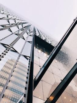 ブルータリストの抽象的な建築物の垂直ローアングルショット