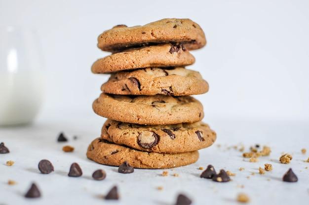 焼きたてのチョコレートクッキーのスタックの幅広い選択的なクローズアップショット