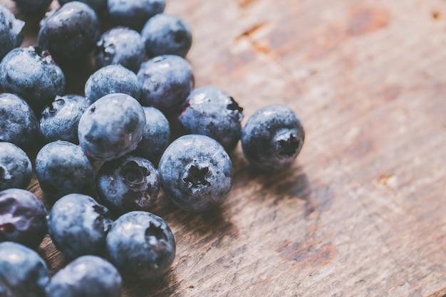 クローズアップショット木製の背景に新鮮な熟したブルーベリー