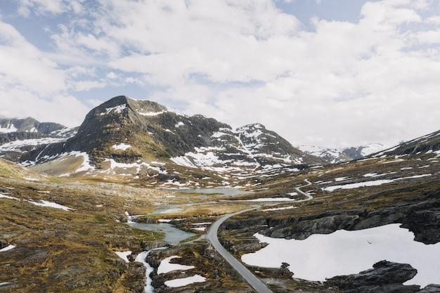 小さな湖に囲まれた雪で満たされた山の美しいワイドショット