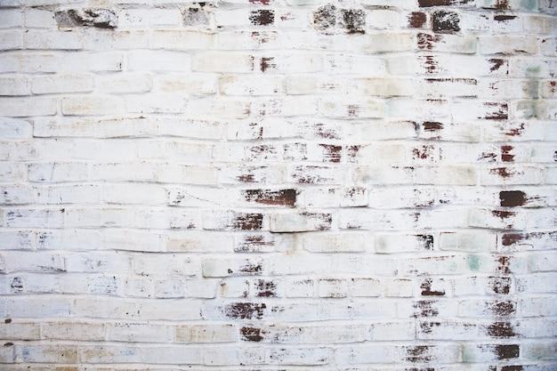 汚れた風化したレンガの壁