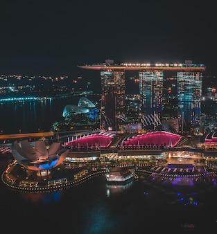 シンガポールの夜間のシンガポールマリーナベイサンズの垂直遠方ショット