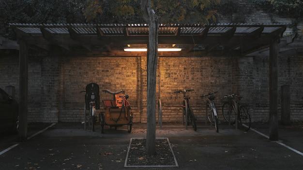 小屋の下に駐車中の自転車のワイドショット