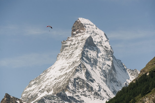 空の下で高い白い山の美しいショット
