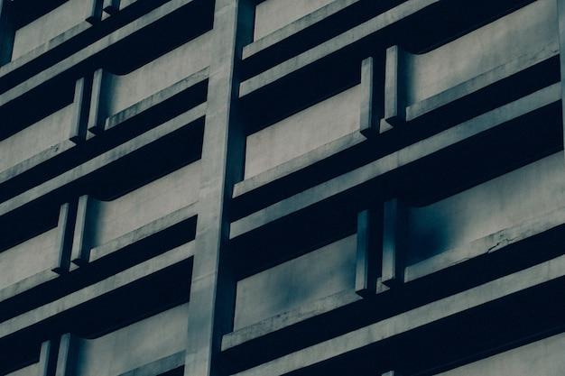 コンクリートの建物のショットを閉じる