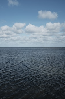 Прекрасный океан с удивительным облачным небом
