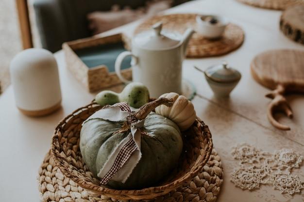 わらプレートの小さなカボチャのカップルと農村テーブルのクローズアップハイアングルショット