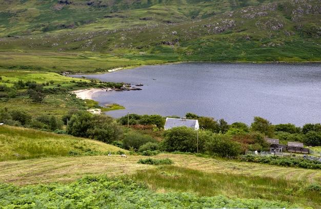 アイルランドのメイヨー州の湖の近くの美しい渓谷のハイアングルショット