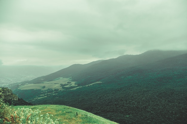 Красивые горы в туманный день