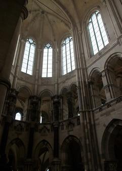 昼間のマクデブルク大聖堂の垂直ローアングルショット