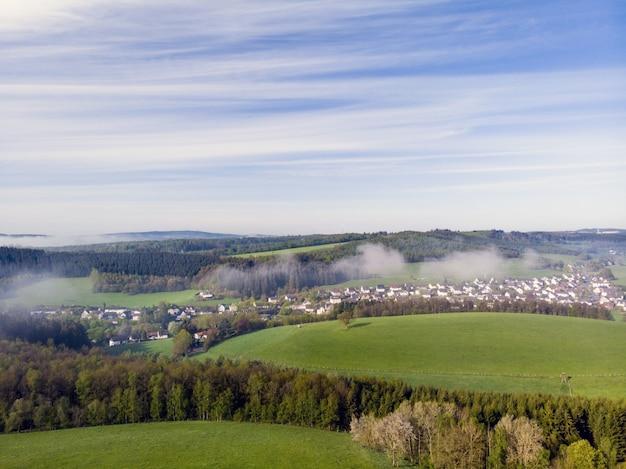 晴れた日に田舎の美しい緑の野原のドローン写真