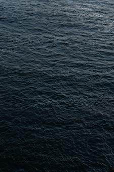 水の美しい質感の垂直ショット