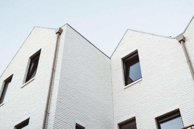 モダンな白い建物のローアングルショット