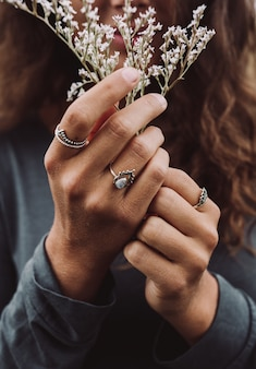 美しい白い花を保持している女性