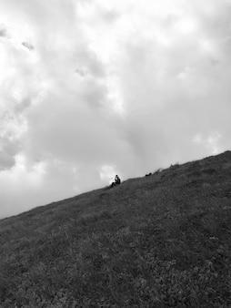 山で一人で時間を楽しんでいる男