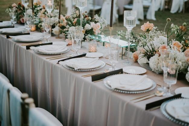 結婚式のお祝いのための装飾されたテーブルセッティング