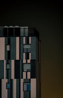Современное здание с окнами и чистым небом