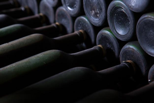 Красивый выстрел из винных бутылок, расположенных в порядке