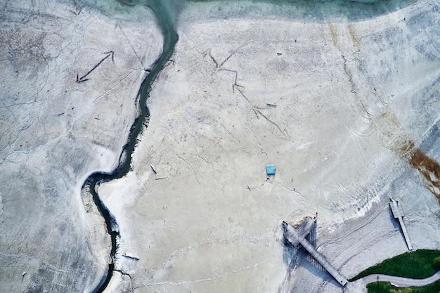 石の地面の巨大な亀裂のハイアングルショット