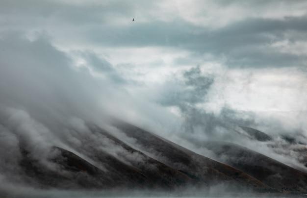 曇り空と山
