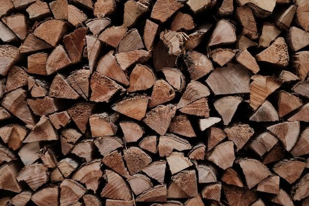 互いに積み重ねられた山の中の木製の板の背景または壁紙