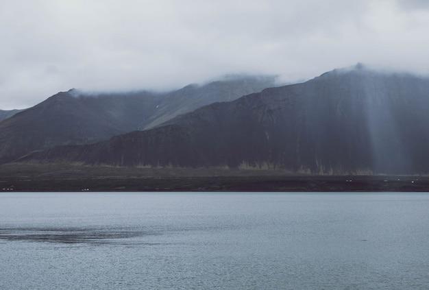 田園地帯の丘と湖と低地の山々の美しい風景