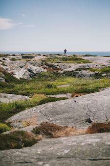 Много скальных образований на полуострове у океана в дневное время