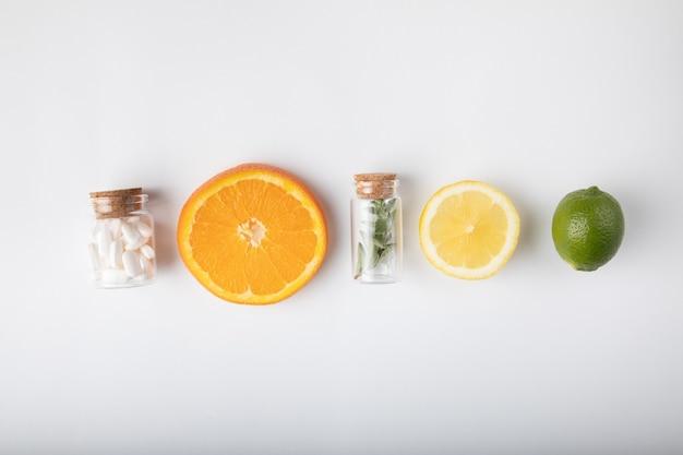 薬とエキゾチックなフルーツ
