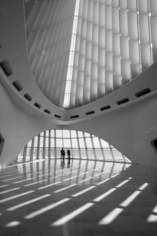Вертикальный снимок дизайна интерьера здания