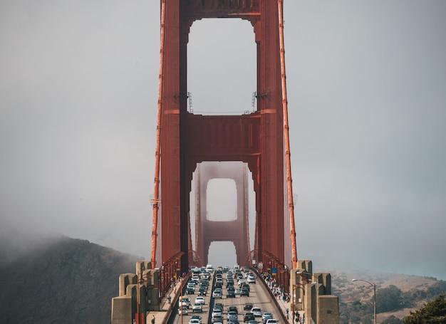 サンフランシスコの霧に覆われたゴールデンゲートブリッジの車