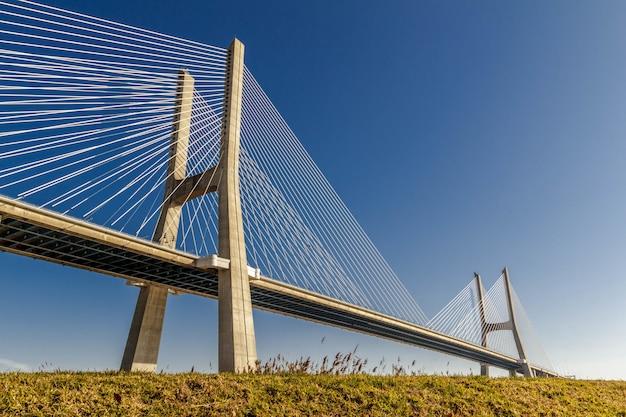 澄んだ青い空の下のフィールドに大きなセメント橋