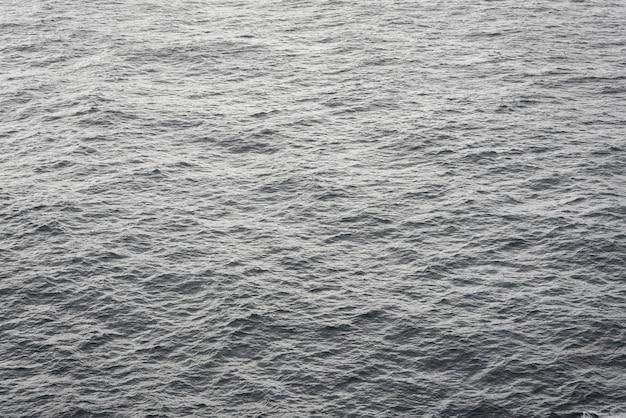 日光の下で海の波