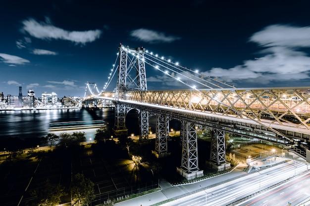 Мост квинсборо, снятый ночью в нью-йорке