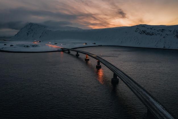 山の真ん中にある海に架かる橋