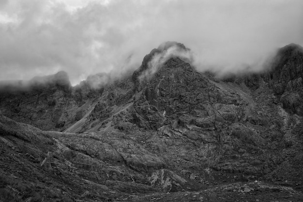 Красивые горы и холмы снят в черно-белом