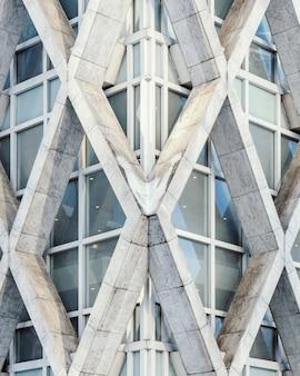 キャプチャされた幾何学的な白いコンクリートの建物の垂直方向のビュー