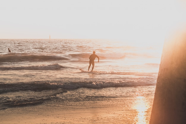 Серфер на пляже