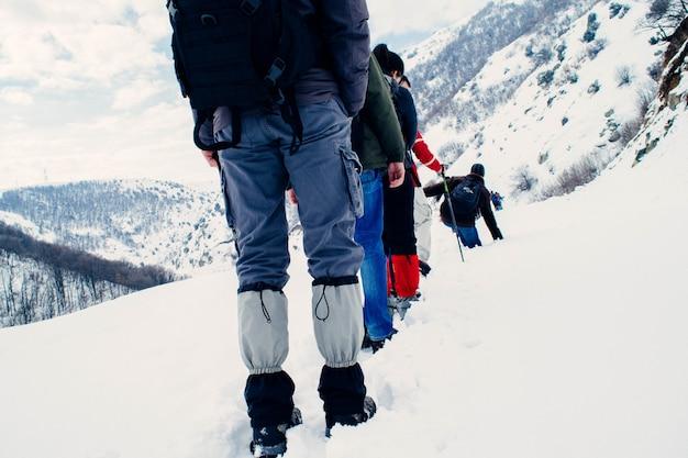 滑りやすい山のハイカー