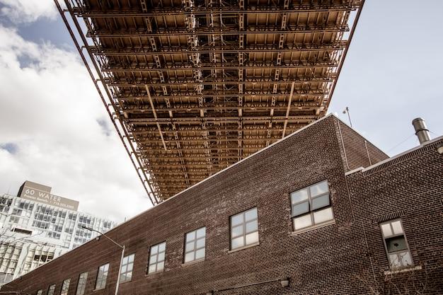 橋の下のアパート